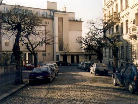 Příchod Čermákovou ulicí